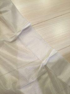 カーテンの縫い目をほどくところ
